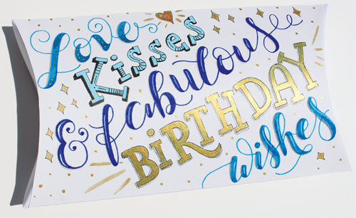 CalliLetters Lettering auf Faltschachtel (Buntbox), Geburtstagslettering: Love, Kisses and fabulous birthday wishes