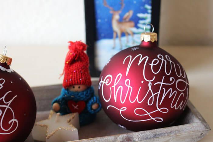 CalliLetters-Lettering-auf-Weihnachtskugeln-Wien