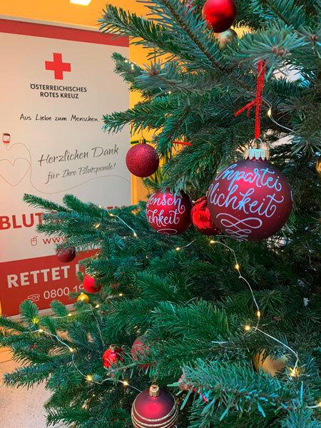CalliLetters-Weihnachtskugeln-Lettering-OesterreichischesRotesKreuz_PeterKaiser