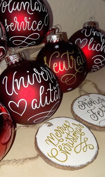 CalliLetters-Handgeschriebenes-auf-Weihnachtskugeln-Oesterreichisches-Rotes-Kreuz