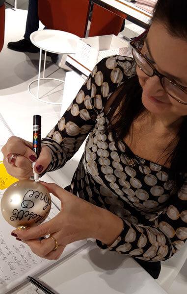 CalliLetters-Handgeschriebenes-auf-Weihnachtskugeln-von-Schustermann-und-Borenstein-Wien